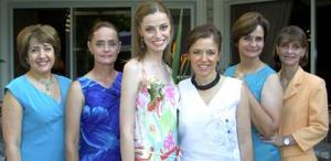 Roberta Batarse Moore con las anfitrionas de su despedida de soltera.