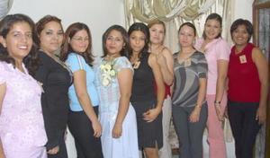 Mónica MArgarita Guerrero junto a las invitadas de su despedida de soltera, ofrecida con motivo de su próximo enlace con Julio césar Gómez Flores.