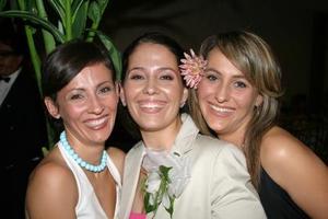 Bárbara acompañada de sus hermanas Margarita Colliere de Franch e Ivette Colliere de Mafud.