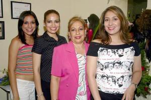 Luz María Diosdado acompañada de sus hijas Luz María, Karla y Adriana Castañeda, en el convivio que le ofrecieron por su cumpleaños.