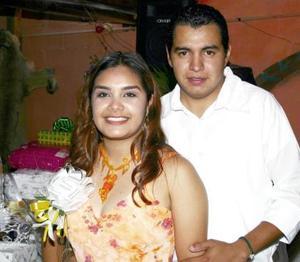 Selena Salazar y César Castillo Navarro, captados en la despedida de solteros que les ofrecieron por su próximo matrimonio.