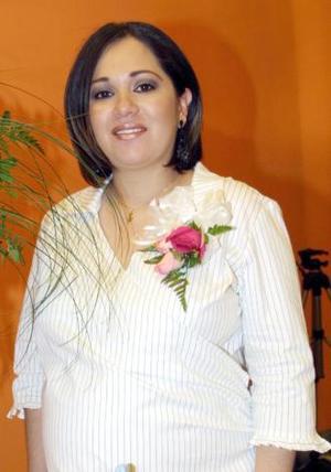 Alejandra Rodríguez de Silva recibió sinceras felicitaciones, en la fiesta de regalos que le ofrecieron en días pasados.