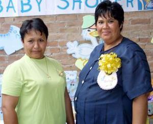 <u><b> 05 de Junio </u> </b><p> Rosario de chávez acompañado de Lili de la Rosa Ramírez, en su fiesta de canastilla.