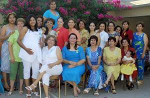Esther Olivas de Macías, acompañada de un grupo de amistades en su fiesta de regalos.