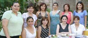 La festejada en compañía de un grupo de amigas asistentes a su  festejo.