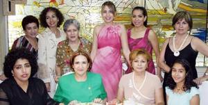 Maribel Escageda Reza, acompañada de algunas de las invitadas a su despedida de soltera.