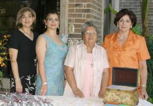 Marcela acompañada de Sandra Bollaín y Goytia de Roiz, Ofelia Wong de Cueto e Irene Villarreal de Bollaín y Goytia.