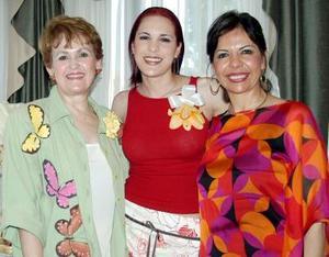 Michelle Monárrez MArtínez acompañada de Rosalicia Ramírez de Mijares y Argentina Martínez de Monárrez, en su despedida de soltera.