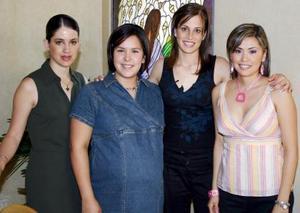 Ana María Sánchez de García con sus amigas Toti Rico, Irene Karam y Massiel Manzanera, quienes le ofrecieron una fiesta de canastilla por la próxima llegada de su bebé.