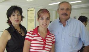 Liliana Villa viajó a Acapulco y fue despedida por Liliana Acuña y Fernando Villa.