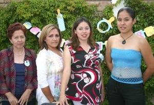 Adriana Muñoz de Picherdo acompañada de Juani de Muñoz, Claudia de Muñoz y Jessica Pérez, anfitrionas de su fiesta de canastilla.