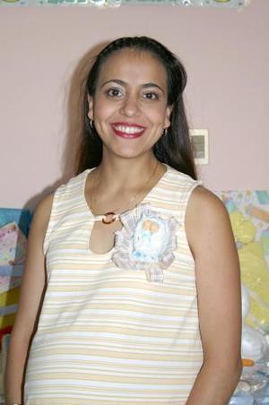 María Antonieta Medina de González, captada en la fiesta de regalos que le ofrecieron en días pasados al bebé que espera.