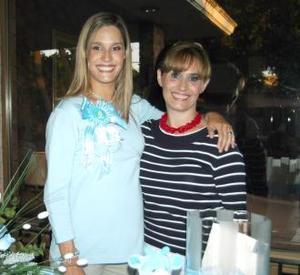 Astrid Alatorre de Arenas acompañada de Adriana Serna de Alatorre en la fiseta de canastilla que le ofreció al bebé que espera.