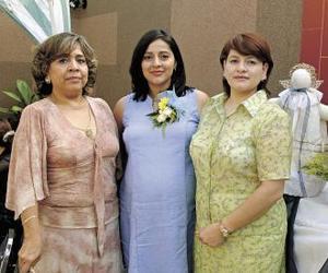 <u><b> 06 de Junio </u> </b><p>  Rosa Velia Contreras de Almaraz con las organizadoras de su fiesta de canastilla, Graciela S. de Contreras y Laura Contreras de Laratta