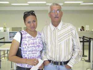 <u><b> 06 de Junio </u> </b><p>  Sergio Hidrogo viajó a Los Ángeles y fue despedido por Adriana de la Cruz Chávez