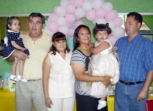 Ana Olivia Tellos Sosa acompañada de Arnoldo Ramírez, Aurora Castillo, Liliana Ramírez, José Cruz Tello y Olivia Sosa en la fiesta de cumpleaños que le ofrecieron en días pasados