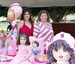 Argelia Rubbi Smith Canales acompañada de su mamá, Olimpia Canales y de su abuelita, en la fiesta que le ofrecieron por sus dos años de vida.