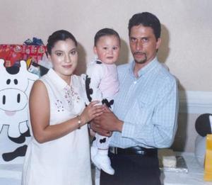 El pequeño Santiago Rivas Macías celebró su primer cumpleaños con una divertida fiesta infantil acompañado por su mamá, Arlette Rivas de Rascón y su papá M.V.Z. Carlos Raúl Rascón Díaz.