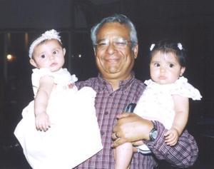 Juan Francisco García Villa con sus nietas Renata Llorens García y María Fernanda Chávez García