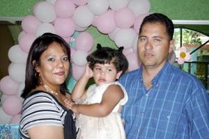 Ana Olivisa Tello Sosa acompañada de sus papás, José Cruz Tello Luévanos y Olivia Sosa de Tello en su cumpleaños