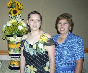 Adriana acompañada de su mamá, la señora Alicia Lozano de Ruiz