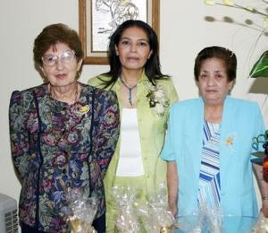Coco Valdez Cabrera con las organizadoras de su despedida de soltera, Amelia de Valdés y Graciela Garza de Ortiz.