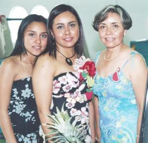 Jennifer acompañada de su hermana Elvira de León y de su mamá María Mayela Fernández de De León