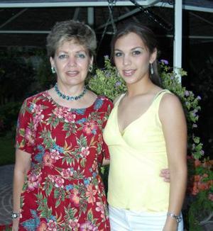 Carla Romo Ramírez junto a su mamá  María Magdalena Ramírez de Romo.