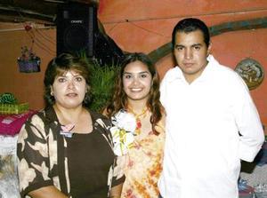 Selene Patricia Salazar y César Castillo Navarro, acompañados de María del Carmen Navarro de Castillo, en su despedida de solteros.