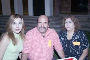 Yadira Hernández, Julio Hernández Rosas y Leonor de Hernández.