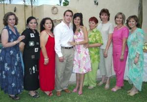 Lissette Díaz Moreno y Carlos Leal Ancira acompañados de algunas invitadas a la despedida de solteros, que se les ofreció por su próxima boda.