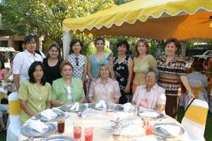 Marcela  Bollaín y Goitia en su despedida de soltera en compañía de algunas asistentes.