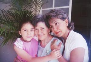 Luz María Guevara Vda. de Ruelas con su hija Gaby Ruelas Guevara y su nieta Gaby Orozco Ruelas.