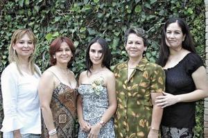 <u><b> 09 de Junio </u> </b><p>   María Garibay Rodríguez lució contenta en su despedida de soltera, la acompañan Patricia R de Garibay, Maricela de Rodríguez, Blanca de Rodrígez e Irma de Rodríguez.