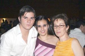 Beatriz García Loo acompañada de su mamá Beatriz Loo de la Garza y de su hermano Luis García Loo.