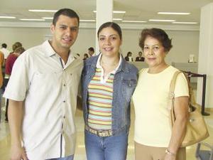 Flor Díaz viajó a Granada, Baja California y fue despedida por Jorge  y Leticia Aragón.
