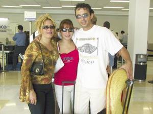 <u><b> 09 de Junio </u> </b><p>  Maricela Mora fue despedida por Marisa y Rogelio Mora antes de viajar a Los Ángeles