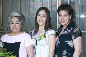 <u><b> 09 de Junio </u> </b><p>  Claudia Rodríguez junto a las anfitrionas de su despedida Gloria Cabral y Edith de González.