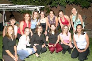 Olivia Castañeda Diez acompañada de sus amigas, en la despedida de soltera que le ofreció por su próxima boda.