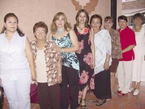 Raquel Cicero Medina, acompañada de algunas de las invitadas a su despedida de soltera.