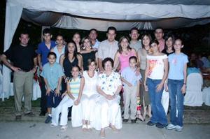 Rosario Ramos de Silva Acompañada de su familia, en el convivio que le ofrecieron por sus 75 años de vida celebrado en días pasados.