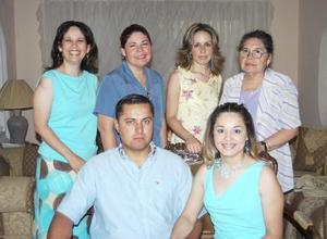 <u><b> 10 de Junio </u> </b><p>   Juana María Rodríguez Solís y Roberto García de León acompañados de algunos asistentes a su despedida de solteros