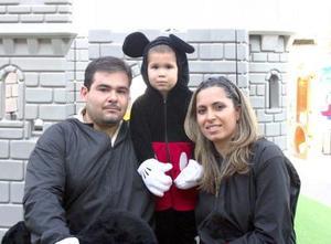 Carlos Farid Fayad Sánchez acompañado de sus papás, Carlos Fayad y Karla Sánchez de Fayad, en su festejo de cumpleaños.