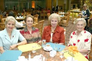 Güera Teele, Elvira de González, Güera de Jiménez y Güera Veyán, conviviendo en un restaurante local.