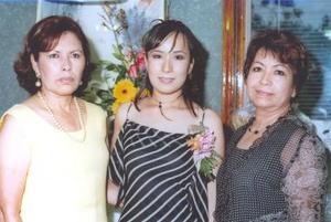Maribel Ramírez Hernández acompañada de las organizadoras de su despedida de soltera, señoras Juanita Rodríguez y María Inés Hernández.