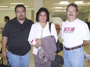 Leticia Márquez viajó a Miami y fue despedida por Roberto Álvarez y Jesús Roberto Álvarez.