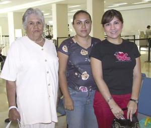 <u><b> 10 de Junio </u> </b><p>  Lupita Sánchez, Vanessa Martínez y Martha Rodríguez viajaron con destino a CanCún.