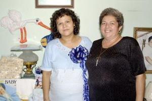 Blanca Alicia Morones Martínez acompañada de Socorro Aguilar Silva, organizadora de su fiesta de canastilla.