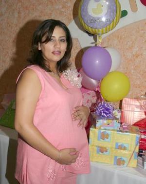 Claudia Rodríguez de manzo espera la llegada de su bebé y por tal motivo, recibió numerosos obsequios.
