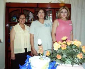 Guadalupe Quintero acompañada de Hermelinda Quintero y Gabriela Frías, organizadoras de su fiesta de regalos.